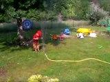 Ewan et l'arrosoir du jardin