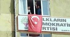 Elazığ HDP İl Örgütü Binasına Elazığlı Gençler Türk Bayrağı Astı
