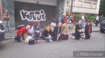 Un intégriste catholique met une patate de forain à un passant