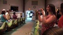 L'entrée de cette mariée dans l'église émeut toute la salle. Le marié fond en larmes...