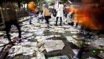 Une rue transformée en rivière de livres