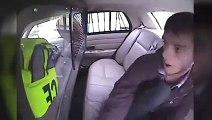 Un gars éjecté d'une voiture de police pendant un accident. Dingue