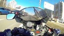 Ce motard prouve à ses dépens qu'il vaut mieux éviter de faire le con à moto dans la circulation
