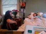 Une maman désespérée chante une dernière chanson pour sa fille mourante qui est dans le coma