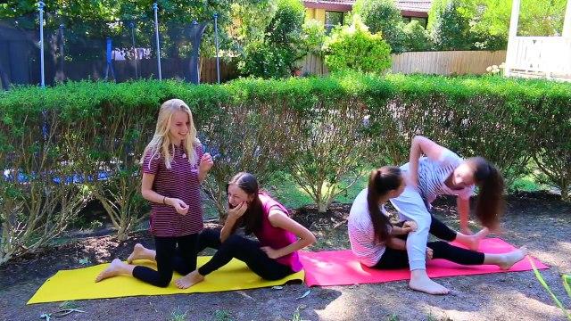 Четыре девушки гимнастки на природе.