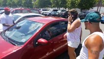 Des passants décident de ne pas aider un bébé laissé seul au soleil dans une voiture