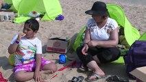 Cabourg: un jour à la plage pour une famille irakienne réfugiée