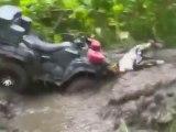 Il fait le malin avec son quad et s'éclate dans la boue... Crash hilarant