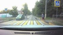 Un motard percute une voiture à l'arrêt
