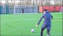 Ce joueur de foot est juste ultra talentueux : lucarne sur lucarne!