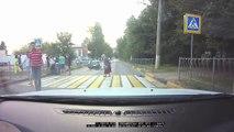 Un motard ne fait pas attention au passage piéton et se prend une voiture en pleine face.