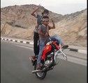 Belle démo de stunt moto sans roue avant !
