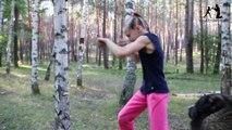 A seulement 9 ans, elle s'entraîne à boxer en frappant des troncs d'arbre