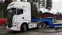 Un gamin de 8 ans conduit un camion comme un boss