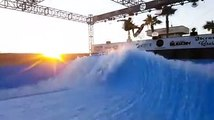 Ce surfeur prend cette vague artificielle et enchaine les tricks de dingue