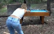Des jeunes jouent au billard en utilisant des vrais pistolets !