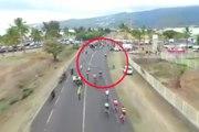 Un spectateur fait tomber une barrière sur la route et fait chuter des cyclistes !