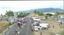 Un spectateur stupide renverse une barrière volontairement et provoque la chute de cyclistes !!!