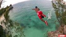Il saute d'une falaise et tombe tout près d'une planche à voile
