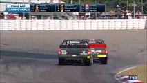 Deux pilotes NASCAR au coude à coude franchissent la ligne d'arrivée et sortent de leurs voitures pour se battre