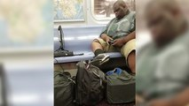 Il installe sa xbox dans le métro et joue tranquillement