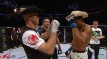 Echange de plumes de chapeau avant un combat de MMA Free Fight... WTF
