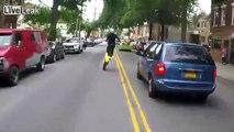 Ce jeune motard maitrise sa bécane dans les bouchons comme un chef... Dingue