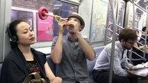Il a trouvé le truc parfait pour bien dormir dans le métro !