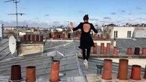 Elle fait un parkour sur les toits de Paris