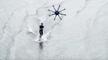 Un homme surfe sur l'eau tracté par un drone super puissant