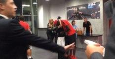 Mario Balotelli fait un gros câlin à sa maman après son doublé contre l'OM (vidéo)