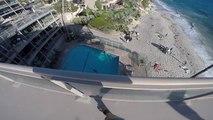 Il saute depuis un toit pour atterrir dans une piscine