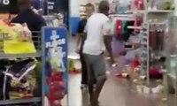 Un employé de Walmart aux Etats Unis devient fou et casse tout dans son magasin !