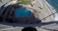 Il risque sa vie en sautant dans une piscine depuis le toit d'un hôtel