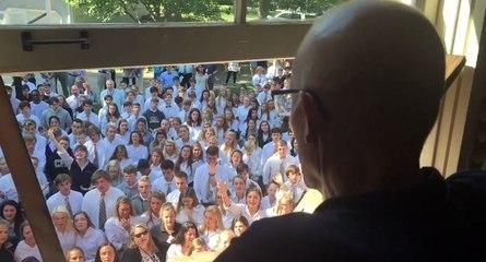 Le geste très touchant des élèves d'un lycée pour leur professeur malade