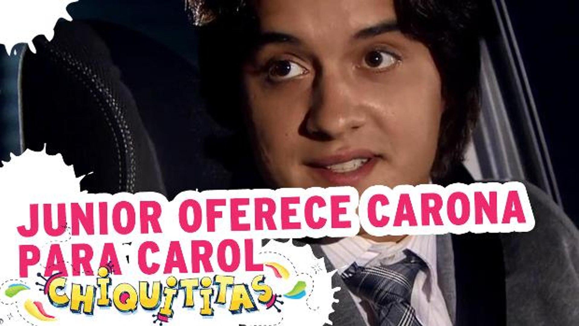 Junior oferece carona para Carol