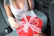 Sa copine est infidèle, regardez comment il se venge avec un cadeau empoisonné pour la St Valentin