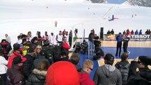 Tony Parker joue au basket au milieu d'un glacier