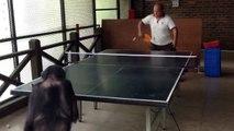 Incroyable, un singe joue au ping-pong contre un humain