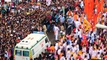 Une foule laisse passer une ambulance (Inde)
