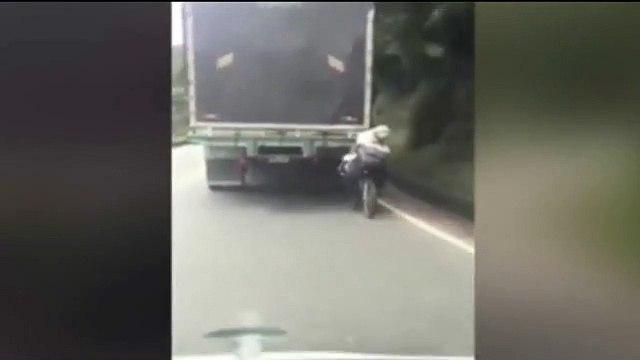Vừa lái xe vừa chở theo chú chó, bám đuôi xe tải