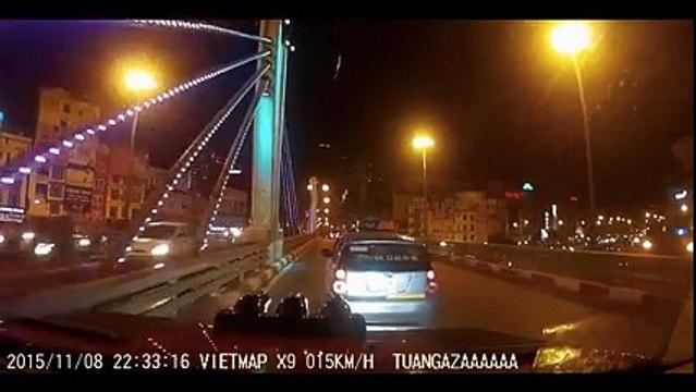 """Camera hành trình """"hé lộ"""" taxi đã rượt đuổi với xe khác trước khi gây tai nạn?"""