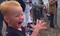 Un enfant de 2 ans est fou de joie devant une course de moto !