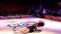 Ela vai para o palco de saltos altos… E o que fez a seguir… UAU! Deixou toda a gente de boca aberta!