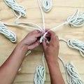 Elle déroule et coupe 8 morceaux de corde de coton! En 10 minutes elle en fait un truc super cool!