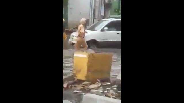 CSGT lội nước bẩn, đẩy xe giúp người dân TP HCM