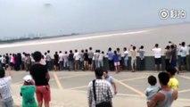 Une énorme vague emporte des dizaines de gens au bord de la mer