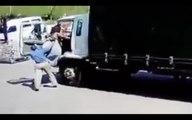 Comment monter dans un camion quand on est trop gros !