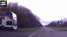 Un bus scolaire grille un feu et écrase une voiture à pleine vitesse - Accident terrible
