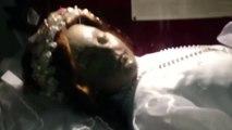 Santa que teve corpo empalhado há 300 anos abre os olhos